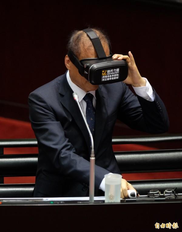 黃國昌邀請林全體驗虛擬實境裝置「VR」。(記者王藝菘攝)