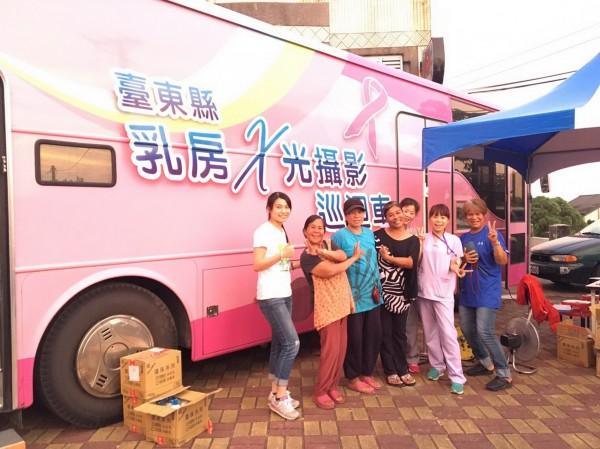 乳房X光攝影巡迴車前進蘭嶼,為部落婦女做乳癌篩檢服務。(記者王秀亭翻攝)