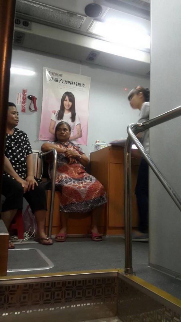 蘭嶼婦女在乳攝車上等候檢查。(記者王秀亭翻攝)