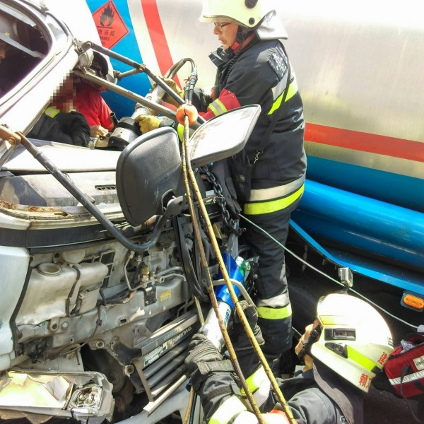 環河北路二段今下午驚傳大車擦撞意外,一名駕駛受困車中。(記者陳薏云翻攝)