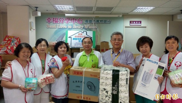 黃國良(右三)感謝慈德育幼院轉贈大量物資,嘉惠更多弱勢家庭。(記者洪定宏攝)