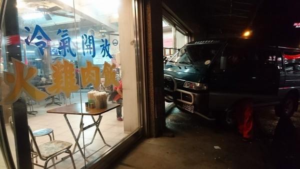 台南市救難協會的車子撞破大嘉義得火雞肉飯店的落地玻璃門。(記者余雪蘭翻攝)