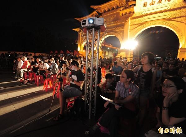 紀念六四晚會,參加民眾齊聚為六四受難者祈福。(記者王藝菘攝