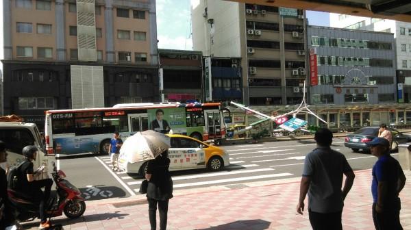 台北市南京東路四段與寧安街的路口,在今日下午3時20分許發生公車撞上分隔島的車禍。(圖擷自PTT)