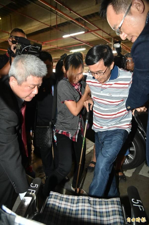 前總統陳水扁今天下午由醫療小組召集人陳順勝、兒子陳致中陪同搭乘2時18分的高鐵北上 。(記者張忠義攝)