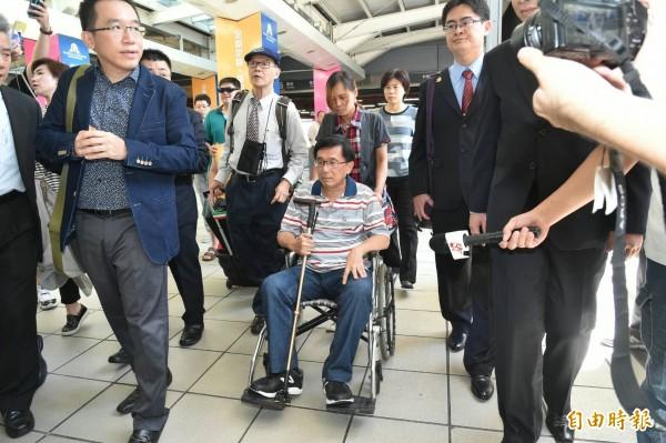 前總統陳水扁今北返,稍早已現身在高鐵左營站,兒子陳致中陪伴在身旁。(記者張忠義攝)