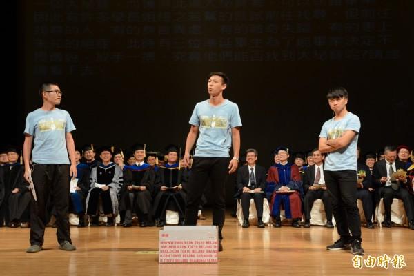 中山大學生在陳副總統(坐者右五)及楊弘敦(坐者右三)面前,批判中國客及學校車管會。(記者洪定宏攝)