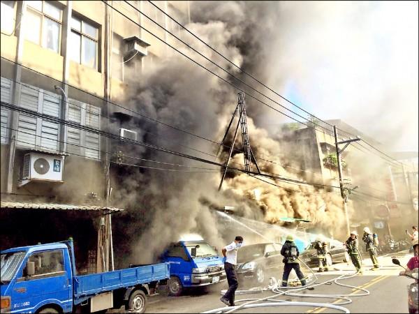 火燒鐵皮屋搭建的汽車保養廠,大量濃煙直竄天際。(記者陳恩惠翻攝)