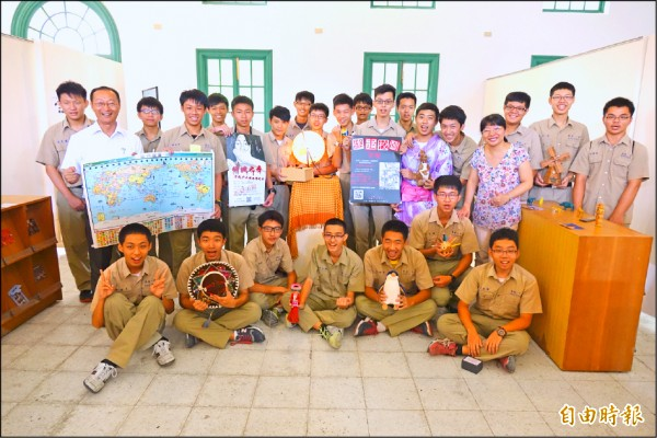 台南一中師生結合桌遊及實境遊戲,讓地理科更生動。(記者黃文鍠攝)