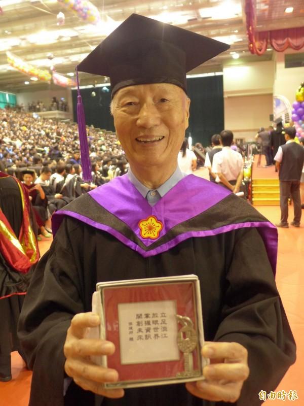 淡江大學國際事務與戰略研究所畢業生王榮慶獲得創辦人獎,84歲的年齡也創下淡江大學的紀錄。(記者李雅雯攝)