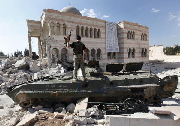 有外媒報導指出,敘利亞政府軍已經在IS首都拉卡市(Raqqa)附近集結大軍,準備要大舉進攻。(美聯社)