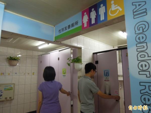 鳳山區第一戶政事務所推動「性別友善廁所」,打破性別的二分法界線,不以性別來區分廁所,讓多元性別認同的人,都能自在地如廁。(記者陳文嬋攝)