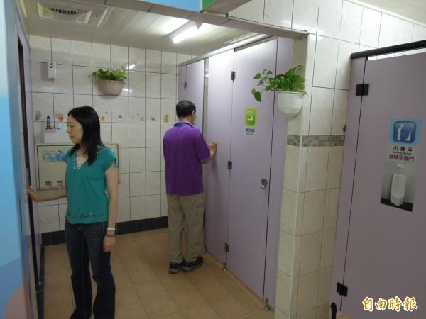 高市府民政局推動「性別友善廁所」,鳳山區第一戶政事務所利用有限空間,改變傳統男女二分法。(記者陳文嬋攝)