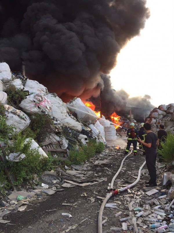 高鐵左營站前一處資源回收場發生火警,現場濃煙密佈。(記者黃旭磊翻攝)