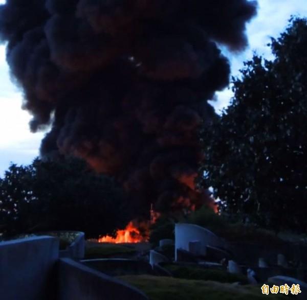 高鐵左營站附近一處資源回收場發生火警,現場堆積大量塑膠存貨,濃煙密佈。(記者黃旭磊攝)