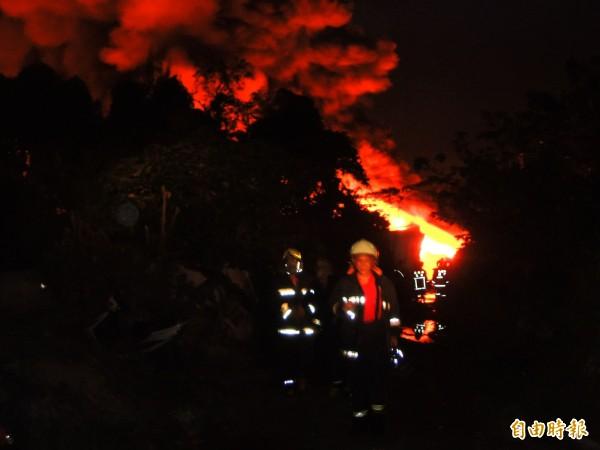 消防員於火場來回灌救。(記者黃旭磊攝)