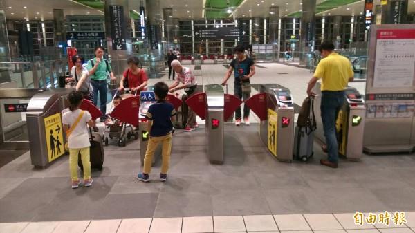 高鐵台北站至台中站部分列車誤點,旅客無奈。(記者李容萍攝)