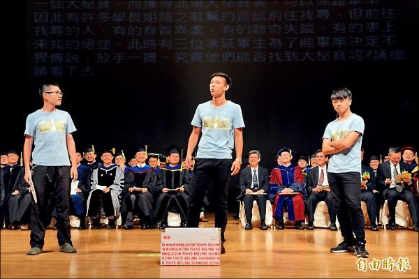 山大學生在陳副總統(坐者右五)及楊弘敦(坐者右三)面前,批判中國客及學校車管會。(記者洪定宏攝)