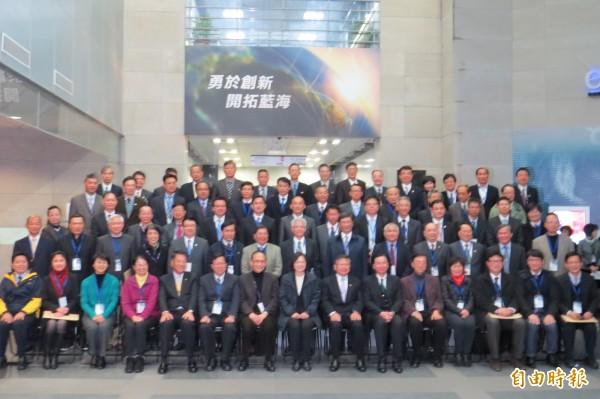 今年三月,準總統蔡英文偕同準閣揆林全進行國防產業之旅參訪中科院,並與同仁大合照。(資料照,記者陳鈺馥攝)