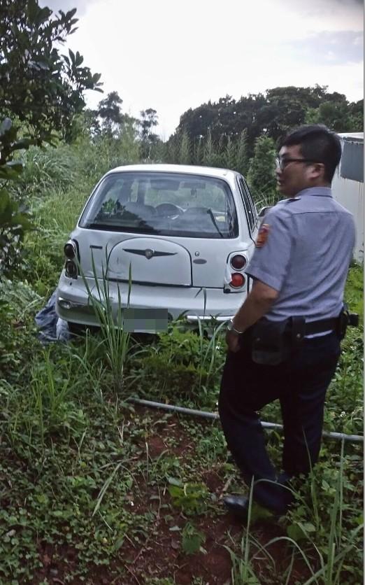 警方在偏遠山區找到失竊的小轎車。(記者曾健銘翻攝)