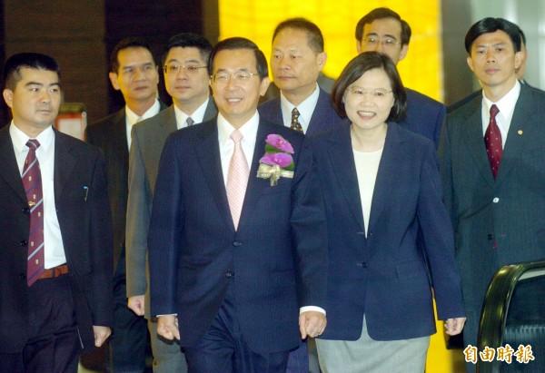 媒體報導指出,總統府前幕僚點出總統蔡英文(右)與陳水扁(左)的不同,在於蔡英文較易被社會議題左右,與陳水扁積極主導作風相反。(資料照,記者張嘉明攝)