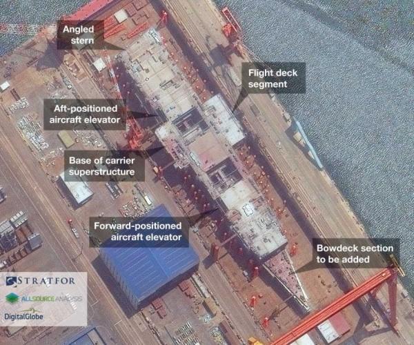 從最新的衛星影像來看,自去年3月開始動工建造的中國自製首艘航空母艦正在鋪設飛行甲板。(圖擷自STRATFOR)