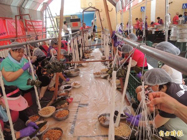 褒忠鄉因諧音「包粽、包中」,鄉公所動員超過50名志工媽媽要包出1萬2000顆粽子。(記者廖淑玲攝)