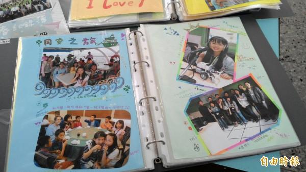 偏鄉小學的畢業紀念冊,往往只能自己DIY,用資料夾保存回憶。(記者陳冠備攝)