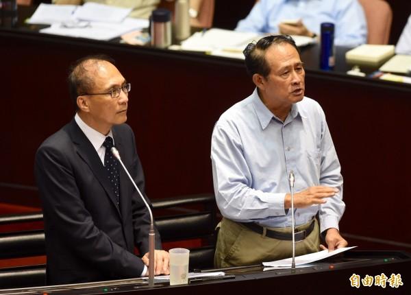 行政院長林全(左)、農委會主委曹啟鴻(右)7日列席立法院院會,針對海洋資源議題答覆民進黨立委葉宜津質詢。(記者羅沛德攝)