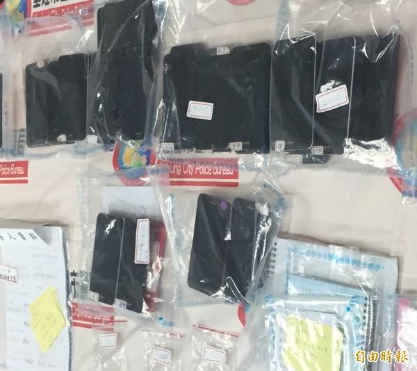 警方查扣詐騙集團20多支國產手機。(記者吳昇儒攝)