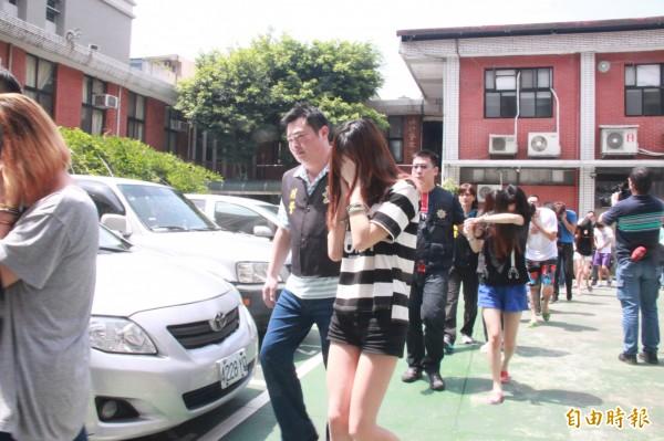 周姓正妹(黑白條紋者)為了愛情男朋友一起加入詐騙集團。(記者吳昇儒攝)