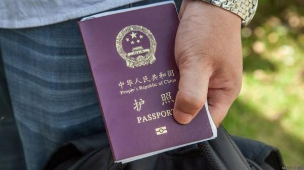 新疆官方竟要求自6月1日起,凡是申請中國護照與港澳通行證等出入境證件的民眾必須採集DNA血液樣本、指紋、聲紋及3D影像,否則不予受理。(圖擷取自「BBC中文網」)