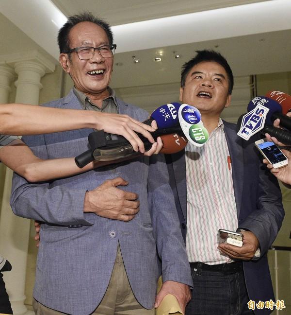國民黨立委陳超明(左)與民進黨立委莊瑞雄(右)出席行政院長林全晚宴,兩人在晚宴結束後開心受訪。(記者陳志曲攝)