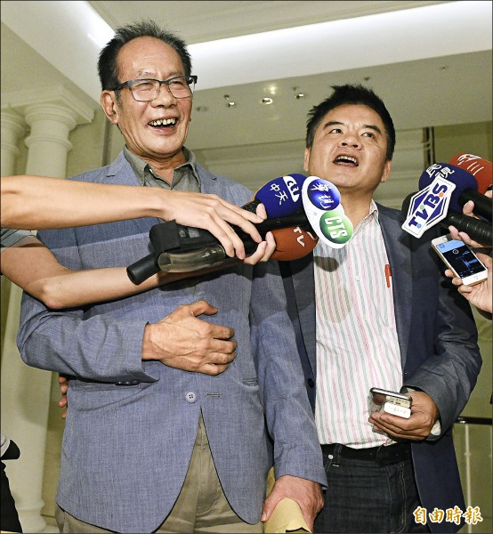 國民黨立委陳超明(左)與民進黨立委莊瑞雄(右)昨出席行政院長林全晚宴,兩人在晚宴結束後開心受訪。(記者陳志曲攝)