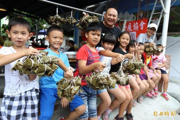 赤山社區的學童學包粽子,並把逾2千顆的愛心粽送給村內的弱勢家庭。(記者邱芷柔攝)