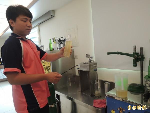 陳泓瑋研發專利氣泡機,讓在地孩子看到活生生的蜜蜂,還喝得到天然蜂蜜的氣泡水。(記者廖淑玲攝)