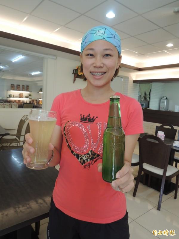 天然蜂蜜製做的氣泡水,大受遊客歡迎。(記者廖淑玲攝)
