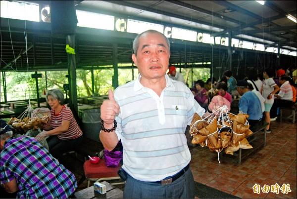 插角里長林坤郎舉辦包粽活動已三年,期望里民能藉由活動聯繫感情。 (記者張安蕎攝)