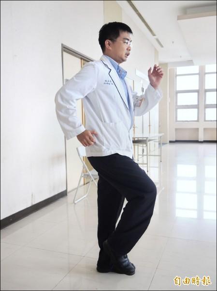 吃粽後搭配原地踏步運動,每次持續十分鐘,就能達到消耗熱量的效果。(記者翁聿煌攝)