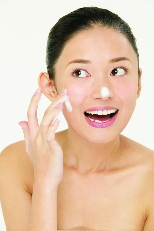 環保署廢管處處長吳盛忠今表示,環保署已決定,明年將公告禁止製造、輸入、販售柔珠化妝品、牙膏產品。(情境照)