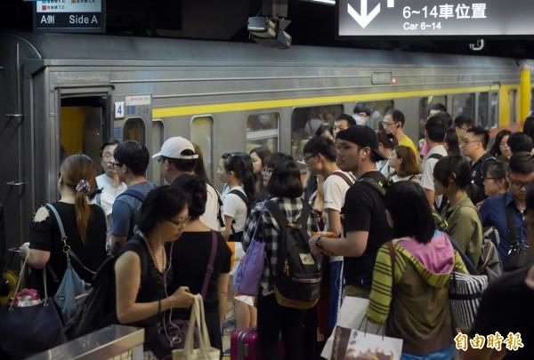 端午4天連假從9日開始,台北車站8日晚間湧現大量人潮,許多民眾在趕在下班後搭火車返鄉。(記者黃耀徵攝)