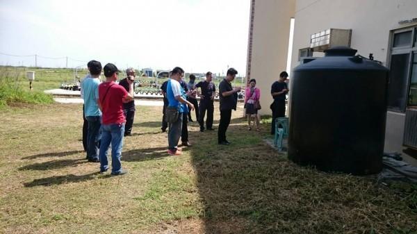檢察官率領大批警力,前往吉貝消防分隊後院地毯式搜索。(澎湖縣政府提供)