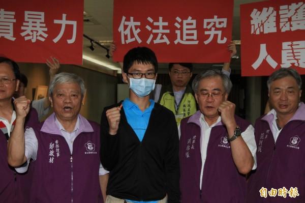 彰濱秀傳洪姓藥師(中)日前遭病患攻擊,8日召開記者會說明經過,醫護人員出面支持。(記者湯世名攝)