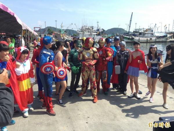 南方澳歡慶端午節,蘇澳國中學生扮復仇者聯盟,參與創意龍舟賽。(記者蔡銘仁攝)