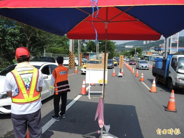 高公局在石碇交流道也實施高承載管制。(記者翁聿煌攝)