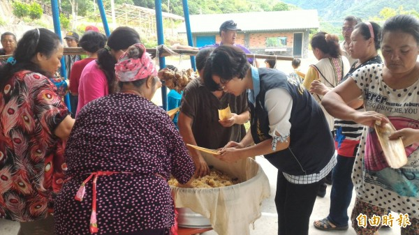 海端村婦女分工包肉粽,香味四溢。(記者陳賢義攝)