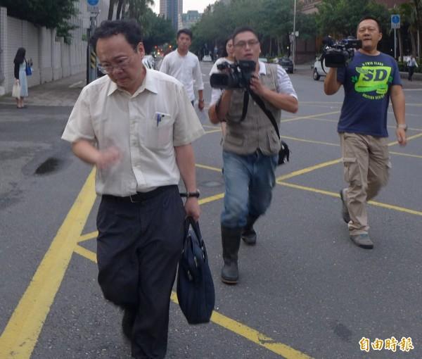 國寶委任律師和媒體上演追逐戰。(記者金仁晧攝)