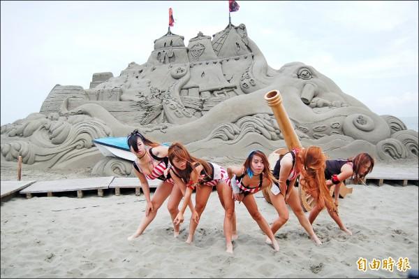 將軍馬沙溝最大一座沙雕神鬼「船」奇亮相,辣妹熱舞宣傳。(記者楊金城攝)