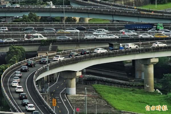 高公局預估明日(10日)全日車流上看280萬輛次,上午7時到下午1時車流量最大,恐怕還有機會塞車。(資料照,記者鹿俊為攝)