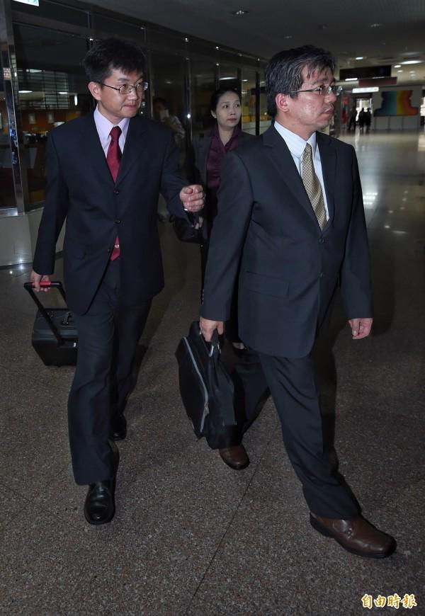 檢察官邱智宏(左一)、蔡宗熙(右一)、俞秀端(後中)準備大批資料蒞庭。(記者劉信德攝)